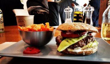Come hamburguesas y pierde 88 kilos sin dejar de comer comida chatarra