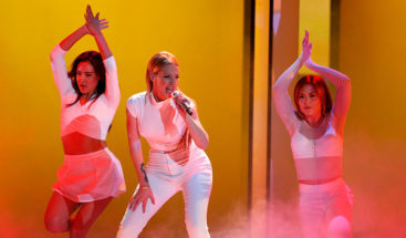 VIDEO: Una bailarina se desmaya en un concierto pero la cantante sigue con su show