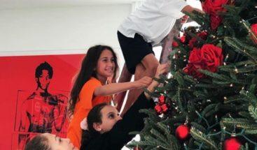 Jennifer Lopez comparte fotos de su árbol de Navidad, pero sus curvas se roban el show