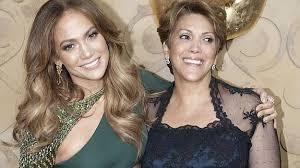 VIDEO Golpean a la madre de Jennifer Lopez mientras la artista firmaba autógrafos