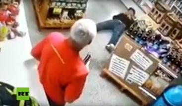 VIDEO: Delincuente ingresa a robar en una tienda y se lleva un disparo en la espalda