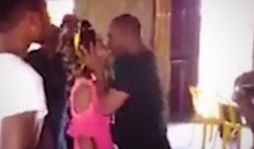 VIDEO: Un pastor besa durante un minuto a una joven feligresa para exorcizar los demonios de su cuerpo