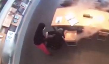 VIDEO: Un ladrón desarma a un policía y le apunta con su pistola durante robo