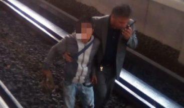 Karma instantáneo: Intenta robar un celular y cae a las vías del metro (FOTOS)