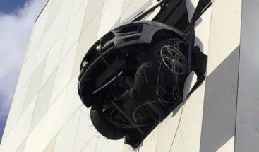 Porsche atraviesa pared de un 'parking' a varios pisos de altura, queda colgando en el aire